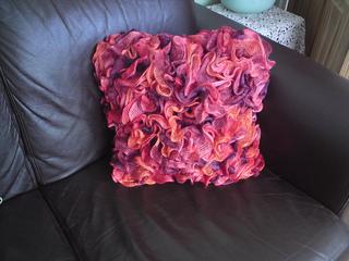 Ruffle_cushion_008_small2
