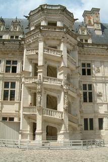 Chateau_de_blois_escalier_monumental_small2