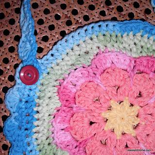 Flower-bib-free-crochet-pattern-close-up_small2