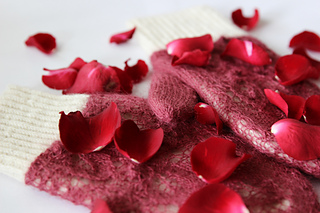 Rose_petals_on_snow9_small2