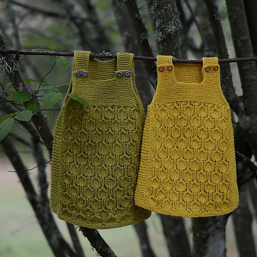 robes tricotées Bringebærkjolen par Pinneguri
