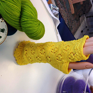 Yellow_rose_mitts_3_small2