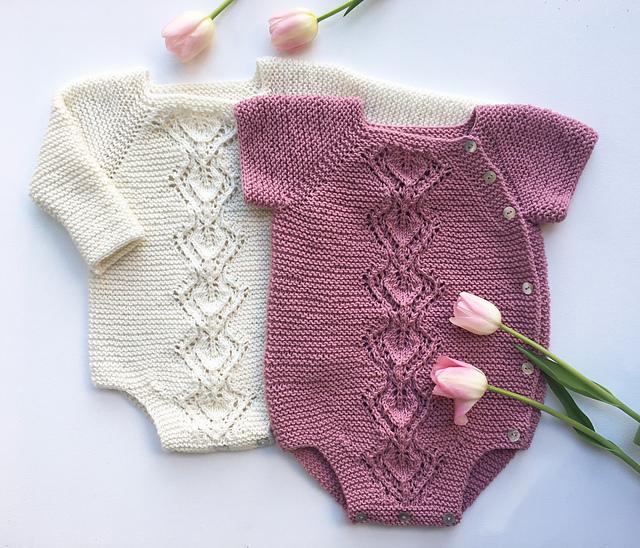 cache-couche tricoté Snowdrop Wrap Onesie par Anne Dresow
