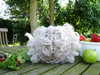 Rustic_leaf_tea_cosy_ravelry_photo_landscape_small2