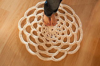 Daintyloops_doily_rug_small2