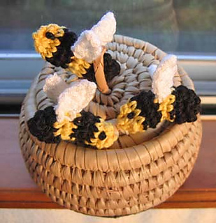 Amigurumi_bumblebees_with_white_wings_3_fix_small2