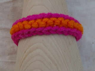 Pink_and_orange_friendship_bracelet_small2