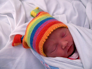 Eva_in_knotty_baby_hat2_small2