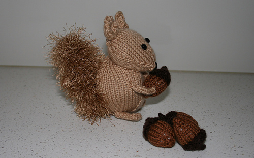 Squirrel_with_nuts_side_rect_medium