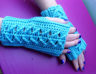 Blue_cabled_mitts_small2