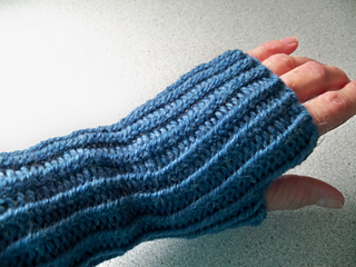 Abby_s_visit_with_angus__knitting_030_small2