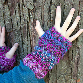 Luscious-one-skein-mitts-on-tree_small2