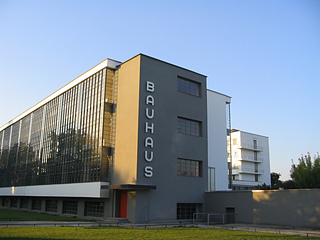 Bauhaus-dessau_main_building_small2