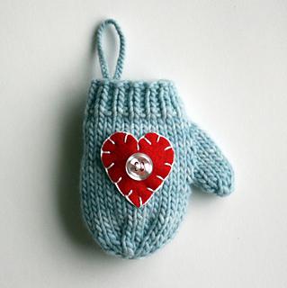 Blue_heart_mitten_use_small2