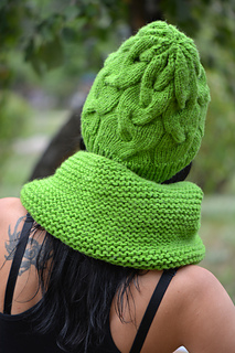 1163351dbaa Ravelry  Shamrock green cable knit hat pattern by Annanitato Lolo