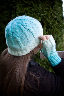 20161014_icicle_hat_and_mitt_on_person_small2