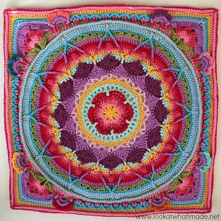 Von Dedri Uys auf ravelry.com. Ein sehr spezielles Granny Square mit verschiedenen Farben und buntem Muster.