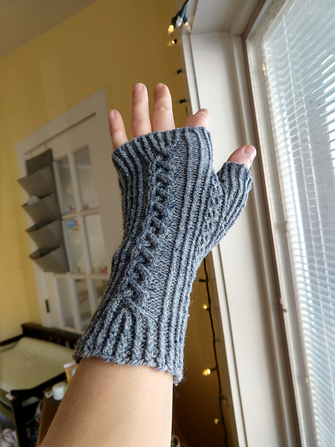 fingerless mitt with cable along back