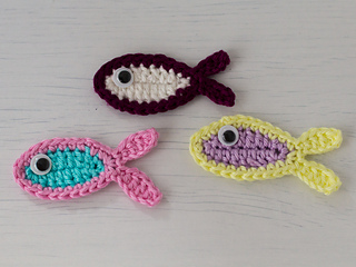 Free Amigurumi Fish Pattern : Ravelry three little fish crochet appliques pattern by carmen