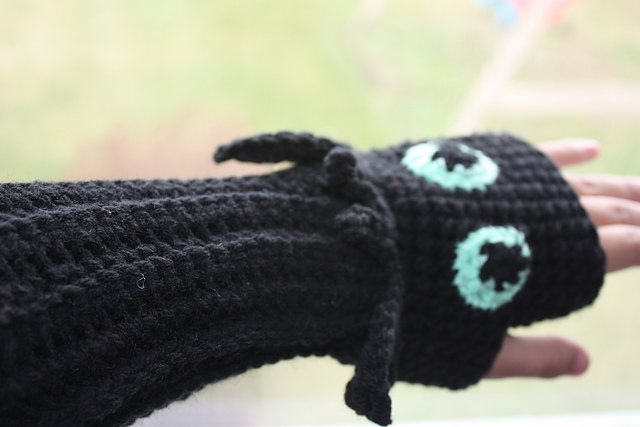 Amigurumi Toothless : Ravelry toothless fingerless gloves pattern by becca de kroon
