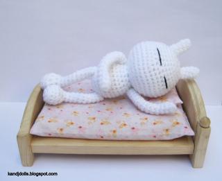 Tuzki_easy_amigurumi_pattern_in_bed_small2