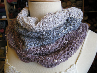 Color_block_lace_cowl_small2