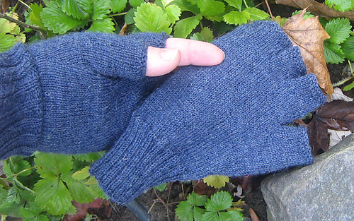 Ravelry: Absolutely Plain Fingerless Gloves pattern by Laurie Corriveau