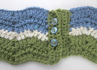 Eyelet_ripple_infinity_scarf_buttons_closed_small2