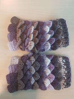 ravelry crocodile stitch dragonscale fluffy gloves pattern by tahara