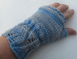 Winter_mitts_in_snow_small2