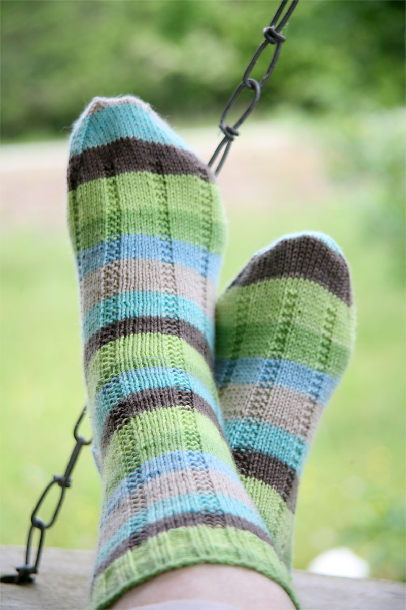 Easy sock knitting pattern to knit for her.