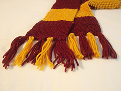 Knitted_gryffindor_scarf_closeup_fringe_small