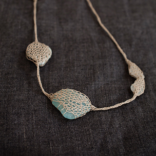 Knitted-necklace-01_small2