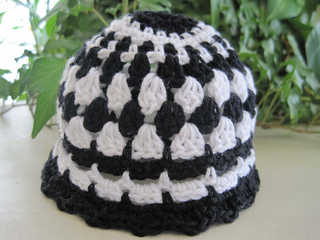 Pretty_little_baby_hat_black_white_1_small2