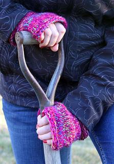 Celia_w-_shovel_fingerless_mitts_for_web_small2