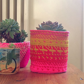 ravelry somewhere over the rainbow flowerpot pattern by la belette rose. Black Bedroom Furniture Sets. Home Design Ideas