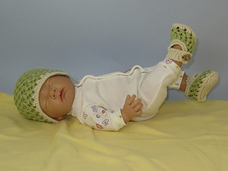 Baby_3_stitch_lace_pattern_skullcap_and_sandals3_small2