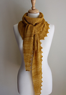 Jagged_triangular_scarf_tied_small2