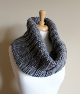 Bulky_ribbed_cowl_rolled_small2