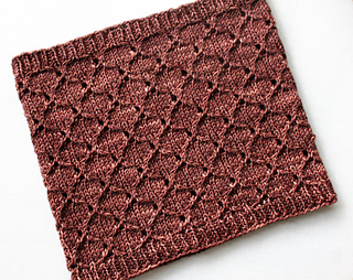 Honeycomb_eyelet_cowl_flat_small2