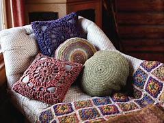 Plain_and_striped_circular_cushion_small