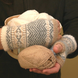 Chevron_mittens_with_yarn_small2