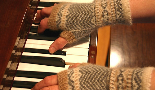 Chevron_fingerless_mittens_at_the_piano_medium